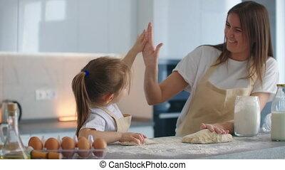 mamma, onions., keuken, keuken, hands., dochter, vijf, geven, afgewerkt, samen, van, klap, met goed gevolg, opvoeden, slaan, five., het koken