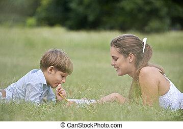 mamma, portie, zoon, met, huiswerk, het bepalen, op, gras