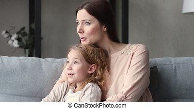 mamusia, córka, jednorazowy, mówiąc, uściski, sofa, ...