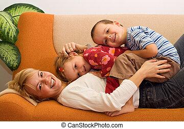 manželka, děti, doma, žert, obout si, šťastný