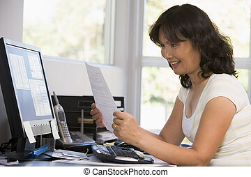 manželka, do, ministerstvo vnitra, s, počítač, a, papírování, usmívaní
