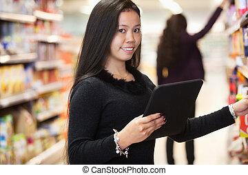 manželka, s, tabulka, počítač, shopping seznam