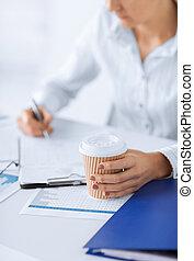 manželka, s, zrnková káva, filling, čistý, noviny