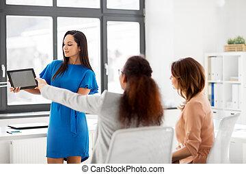 manželka, showing, tabulka pc, do, business četa, v, úřad