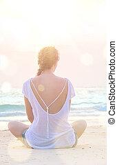 manželka, upotřebení, jóga, v, východ slunce, pláž
