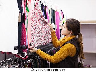 manželka, vybrat, obléci, v, sklad