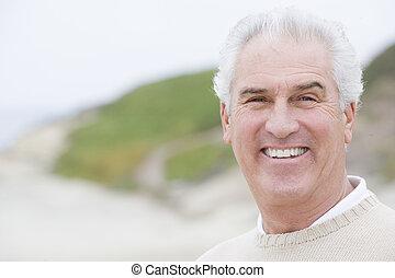 man, aan het strand, het glimlachen