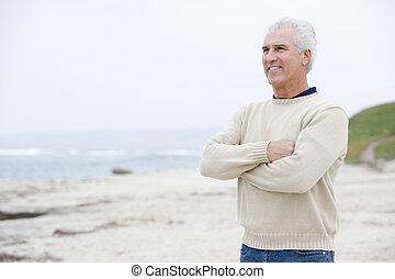 man, aan het strand, met, gekruiste wapens, het glimlachen