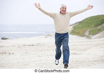 man, aan het strand, rennende , en, het glimlachen