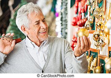 man, aankoop, kerst baubles, op, winkel