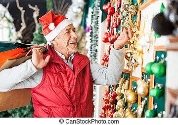 man, aankoop, kerstballen, op, winkel