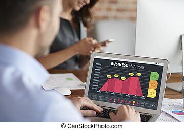 man, analyzing, aandelenmarkt gegevens
