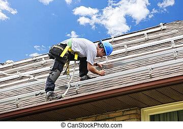 man, arbeta på, tak, installera, skenor, för, sol, paneler