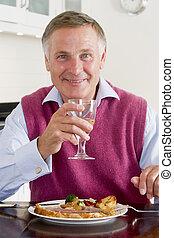 man, avnjut, friskt mål, med, a, exponeringsglas av wine