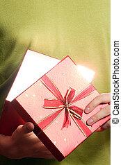 man, cadeau, jonge, doosje