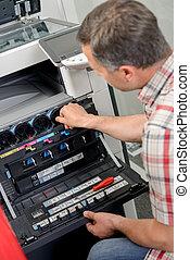 man, doorwerken, fotokopieerapparaat