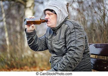 man, dricka, öl, från, flaska