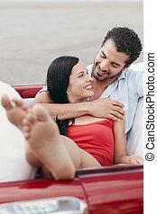 man, en, mooie vrouw, het koesteren, in, cabriolet, auto