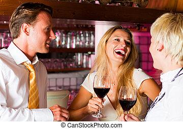 man, en, twee vrouwen, in, hotel bar