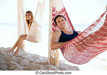 man, en, vriendin, relaxen, aan het strand