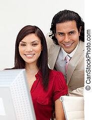 man en vrouw, aan het werk aaneen, het glimlachen, op, de, fototoestel