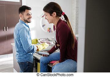 man en vrouw, doen, thuis, klusjes, in, keuken