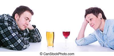 man en vrouw, kijken naar, een, pint van bier, en, glas van de wijn