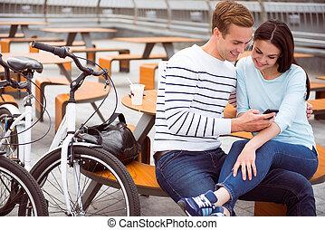 man en vrouw, kijken naar, smartphone