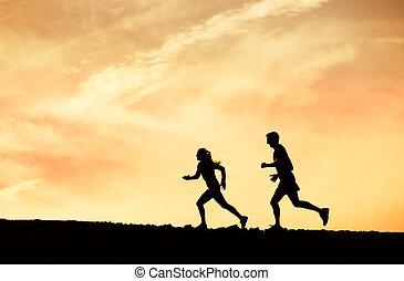 man en vrouw, rennende , samen, in, ondergaande zon