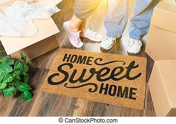 man en vrouw, staand, dichtbij, huis zoet huis, welkom schaakmat, verhuisdozen, en, plant
