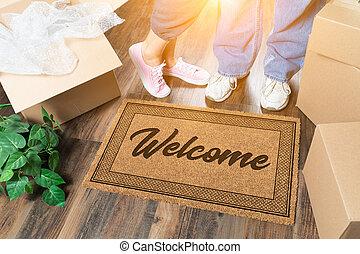 man en vrouw, staand, dichtbij, welkom schaakmat, verhuisdozen, en, plant
