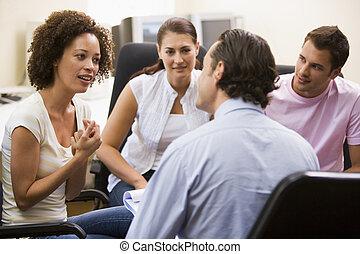 man, erbjudande föreläs, till, tre folk, in, dator rum