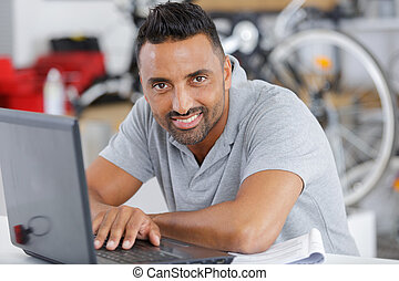 man, fiets, draagbare computer, winkel
