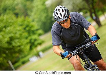 man, fiets helpend