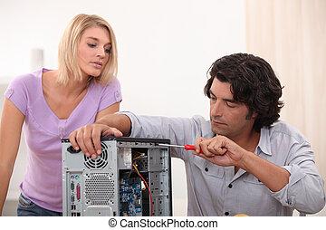 man, fixa, dator, med, kvinna, hålla ögonen på