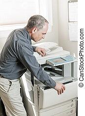 man, fotokopieerapparaat, kantoor, opening