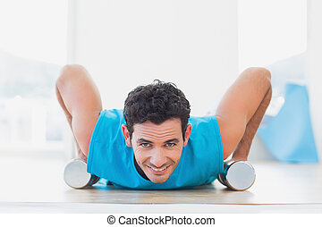 man, gör, trycka, ups, med, hantlar, in, fitness, studio