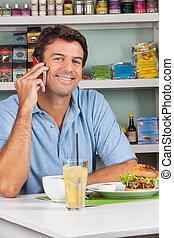 man, gebruik, cellphone, bij lijst, in, supermarkt
