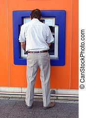 man, gebruik, contant, machine., atm., bank.