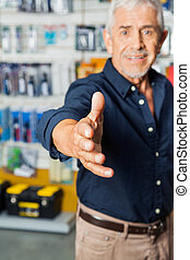 man, gesturing, handdruk, in, hardware winkel
