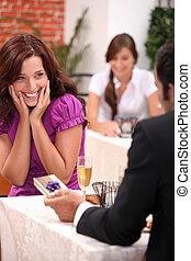 man, geven, cadeau, om te, vrouw, in, restaurant