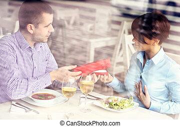 man, geven, kado, in, een, restaurant