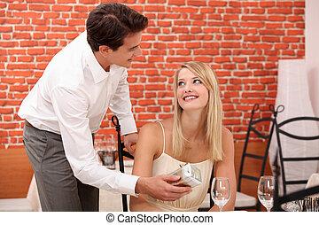 man, geven, verrassing, cadeau, om te, vrouw, in, restaurant