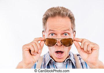 man, glasögon, snopen, hängslen, åldrig, holdingen, rolig