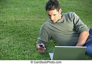 man, gräset, med, laptop
