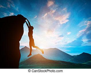 man, hängande, den, maka, av, fjäll, hos, solnedgång