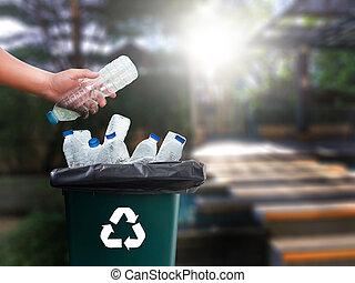 man, hand, het putten, plastic, hergebruik, voor, recycling,...