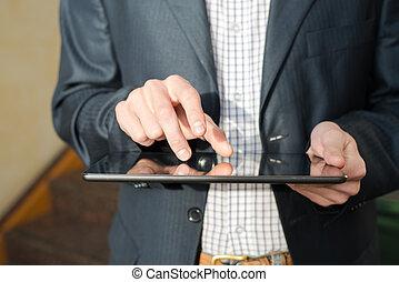 man, hand scherm aan te raken, op, moderne, digitaal tablet, pc