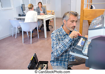 man, herstelling, fotokopieerapparaat, in, kantoor