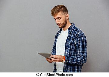 man, het gebruiken computer, tablet, verticaal